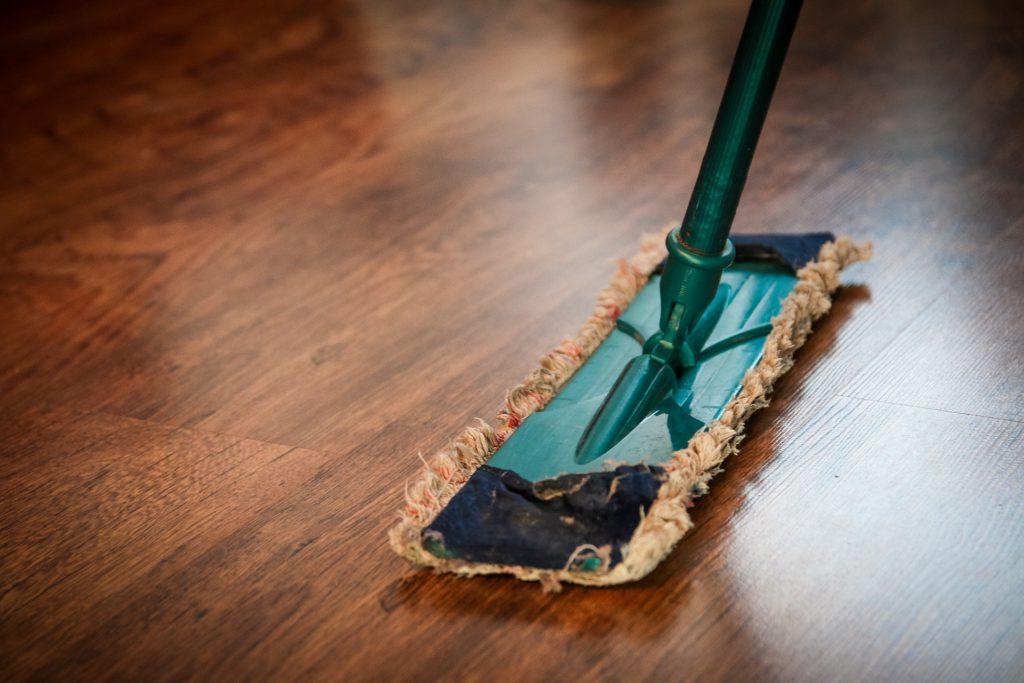 dweilen op houten vloer